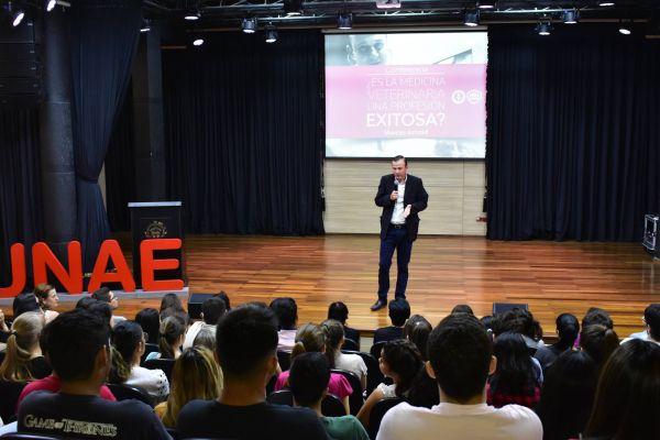 conferencia-de-bienvenida-marcos-arnold-unae-2019-01C0FF0A0D-F725-3A23-5233-F90BD497EAA6.jpg